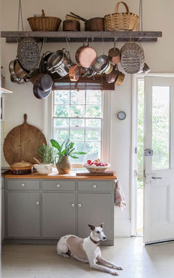 Una scala a pioli montata sul soffitto di una cucina provenzale!