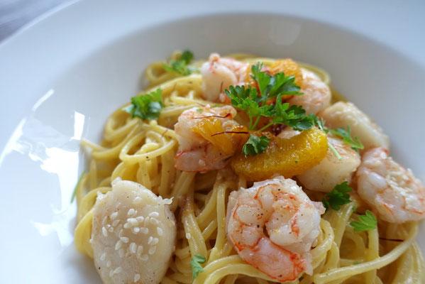 Jakobsmuscheln und Garnelen auf Orangen-Safran Soße mit Spaghetti - Pi mal Butter Mädchenvöllerei