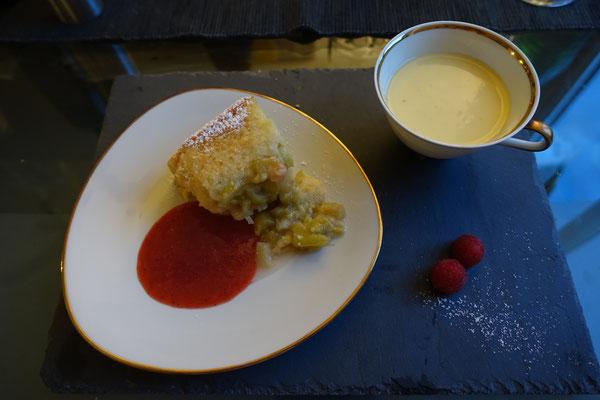 Rhabarberauflauf Vanillesoße Erdbeeren  - Pi mal Butter Mädchenvöllerei
