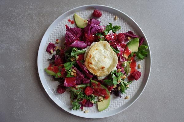 Sommersalat mit Ziegenkäse, Avocado und Himbeerdressing Mädchenvöllerei Food Foodblod Saarland Rezept Kochen
