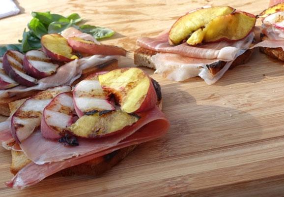 ustikales Bauernbrot trifft auf süßen Pfirsich und herzhaften Parmaschinken - Mädchenvöllerei Pi mal Butter