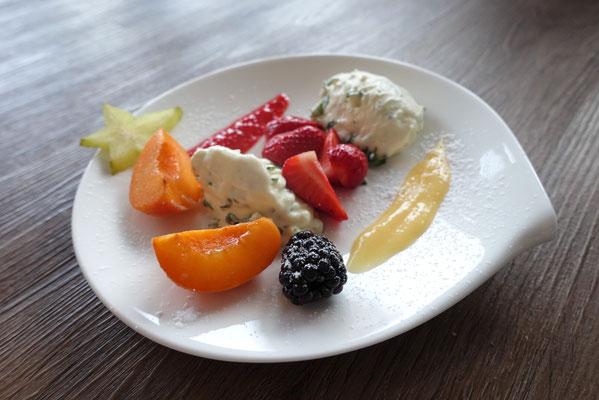 Weiße Schokoladen- Mousse mit  Basilikum neben Fruchtsalat - Mädchenvöllerei Pi mal Butter