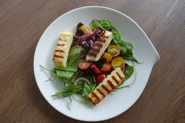 Halloumi auf Wildkräutersalat und Tomaten - Mädchenvöllerei Pi mal Butter