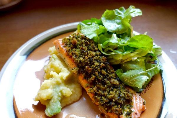 Pi mal Butter Saarland Food Blog Mädchenvöllerei lachsfilet Kräuterkruste Avocado Kartoffelpüree