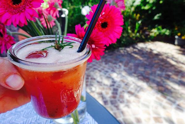 Pfirsich Rosmarin Fizz Gin Mädchenvöllerei Pi mal Butter Saarland Saarlouis Blog Food Cooking Rezept Cocktail