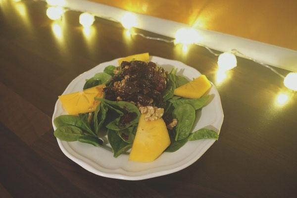 Mädchenvöllerei Pi mal Butter Food Blog Saarland Kochen Rezepte Cooking Cook Winterlicher Spinatsalat mit Cranberry-Balsamico-Dressing garniert mit Walnüssen und Kaki