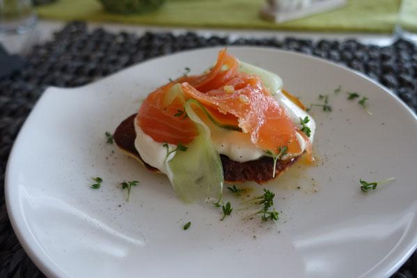 Maracujagebeitzer Lachs auf Blini - Pi mal Butter Mädchenvöllerei