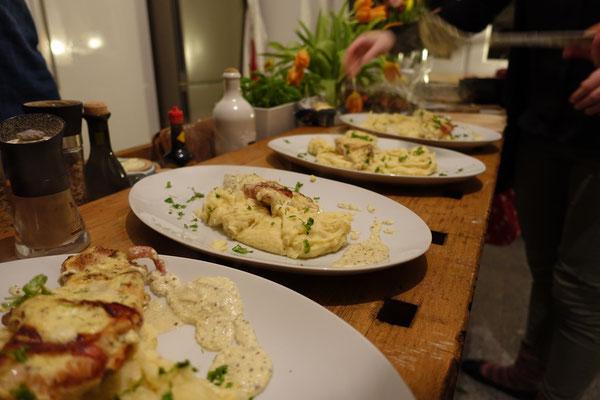 Schnitzel mit Bacon Baconschnitzel an Senfsoße und Kartoffelstampes Püree Pi mal Butter Mädchenvöllerei Rezept kochen Saarland