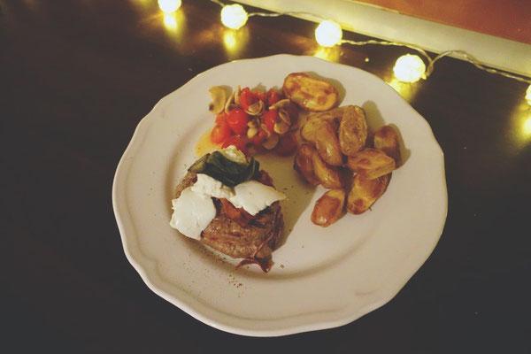 Mädchenvöllerei Pi mal Butter Food Blog Saarland Kochen Rezepte Cooking Cook Rinderfilet mit Bacon, Büffelmozzarella und Salbei an Ofenkartöffelchen und Tomaten/Champignon-Gemüse