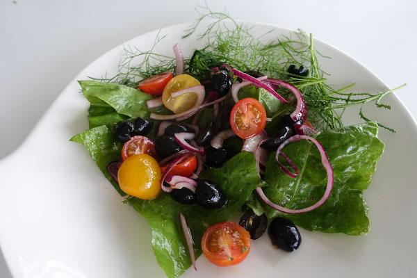 Halloumi auf Wildkräutersalat und Tomaten - Pi mal Butter Mädchenvöllerei