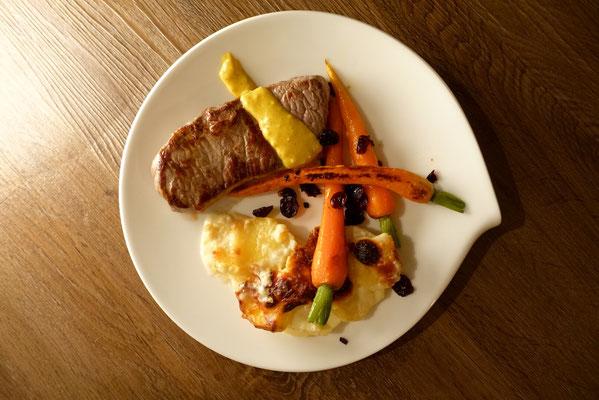 Roastbeef mit Kartoffelgratin,  Möhrchen mit Cranberries und Café de Paris Pi mal Butter Mädchenvöllerei Saarland Rezept Hauptspeise festlich