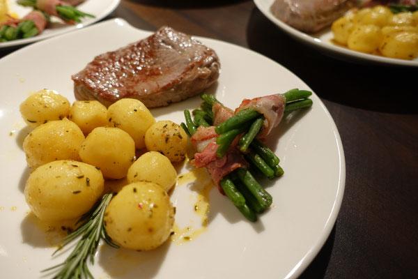 Mädchenvöllerei Pi mal Butter Food Blog Saarland Kochen Rezepte Cooking Cook Roastbeef mit kleinen Kartoffeln und Bohnen im Speckmantel mit einer Trüffel-Hollandaise