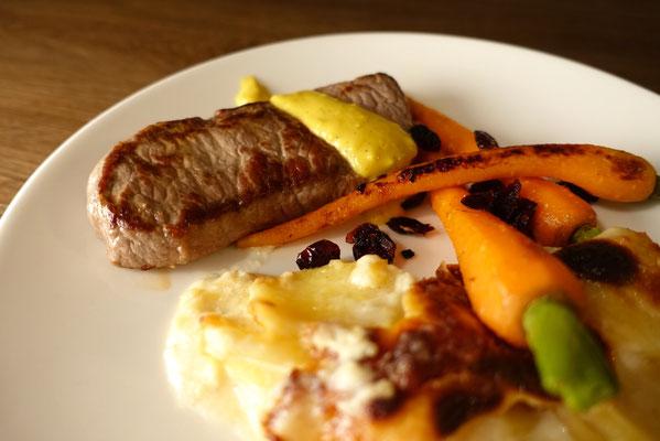 Roastbeef mit Kartoffelgratin und Möhrchen mit Cranberries