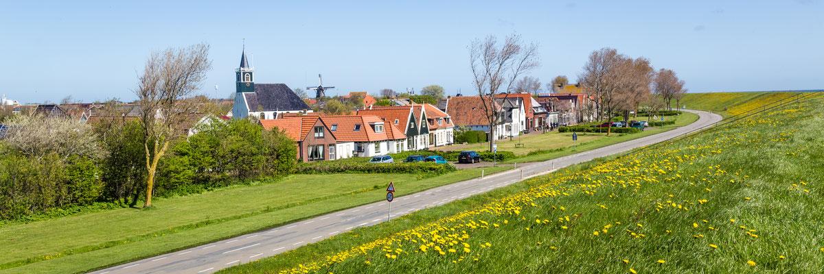 Het dorp Oudeschild vanaf de dijk gezien.