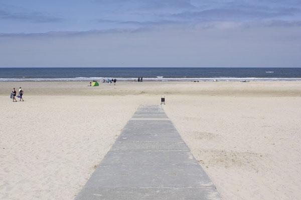 Verharde strandopgang voor gebruikers van een rolstoel of kinderwagen.
