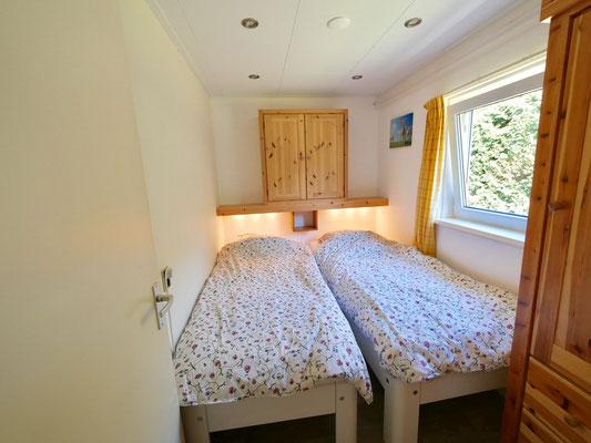 """Slaapkamer met twee Auping bedden van vakantiehuis """"Groenoord"""" op bungalowpark """"De Parel"""", Texel."""