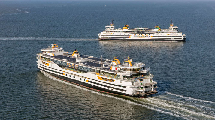 """De twee veerboten van de TESO : de """"Texelstroom"""" en de Dokter Wagemaker""""."""