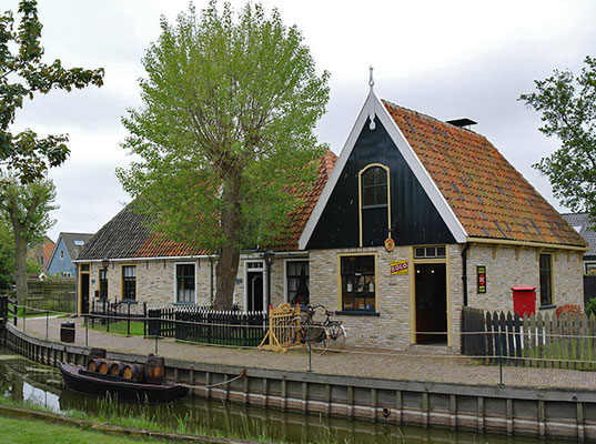"""<img src=""""image.png"""" alt=""""Bakkerij en Vissershuisjes van museum Kaap Skil te Oudeschild, Texel"""">"""