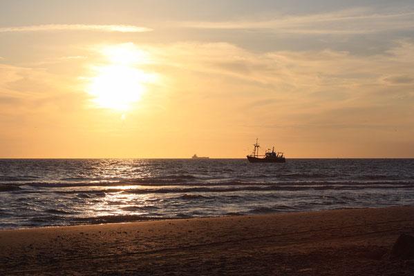 Visserschip bij zonsondergang.