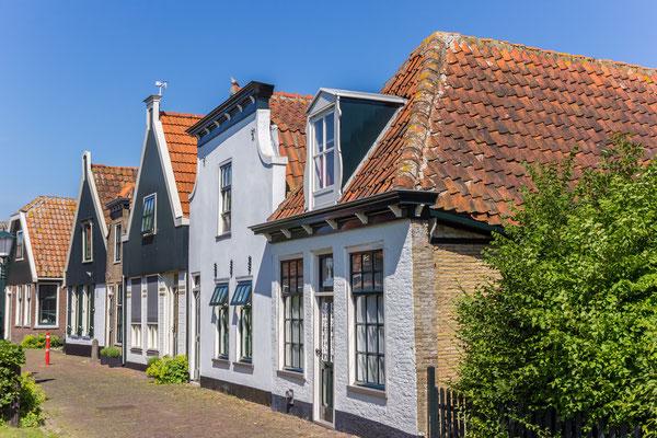 Oude huizen aan de Burgwal te Den Burg.