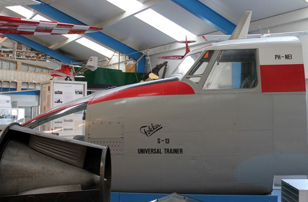 """<img src=""""image.png""""alt=""""Universal Linktrainer van Fokker PH-NED in het Luchtvaart-en Oorlogsmuseum op Texel"""">"""