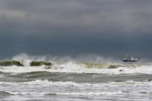 Vissersschip op ruwe zee.