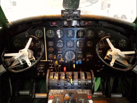 """<img src=""""image.png"""" alt=""""Linktrainer Cockpit in het Luchtvaart- en Oorlogsmuseum op Texel"""">"""
