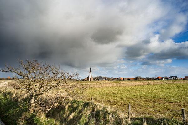 Een onheilspellende lucht boven het dorp Den Hoorn.