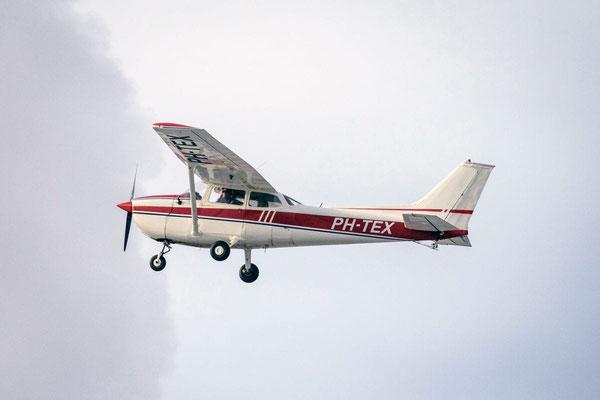 """<img src=""""image.png"""" alt=""""Een Cessna 172 bezig met een rondvlucht boven Texel"""">"""