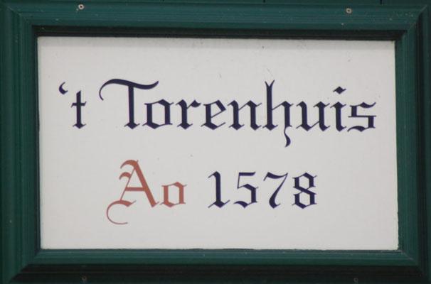 Het muurbord van 't Torenhuis met het jaartal 1578 te Den Hoorn.