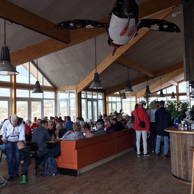 """<img src=""""image.png"""" alt=""""Interieur van strandpaviljoen Paal 9 bij Den Hoorn, Texel"""">"""