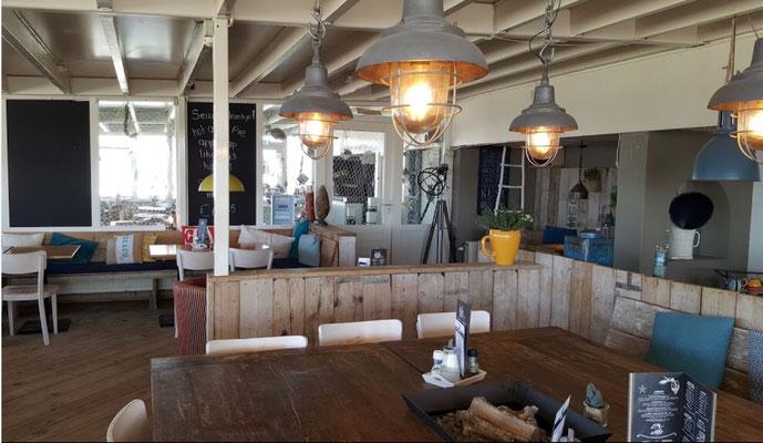 """<img src=""""image.png"""" alt="""" Interieur van restaurant """"Noordzee"""" aan zee bij De Koog, Texel"""">"""