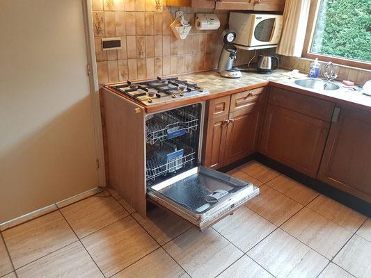 """Vierpits gaskookplaat en Vaatwasmachine van vakantiehuis """"Groenoord"""" op bungalowpark """"De Parel"""", Texel."""