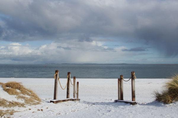 Opgang naar het strand in de winter.