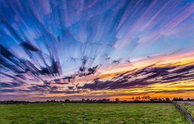 Fascinerende lucht boven het dorp Den Hoorn.