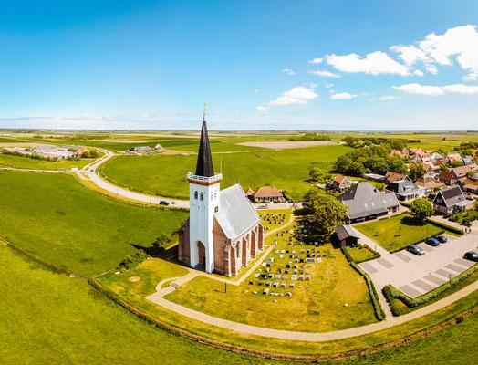 Het oude kerkje van het dorp Den Hoorn vanuit de lucht gezien.