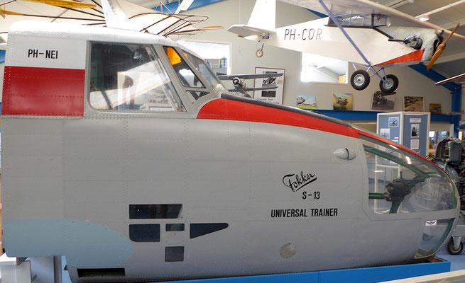 """<img src=""""image.png"""" alt=""""Universal Linktrainer van Fokker PH-NED in het Luchtvaart-en Oorlogsmuseum op Texel"""">"""