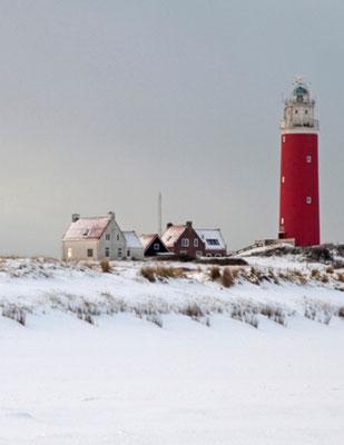 De vuurtoren met vuurtorenwachtershuizen bij De Cocksdorp in de winter.