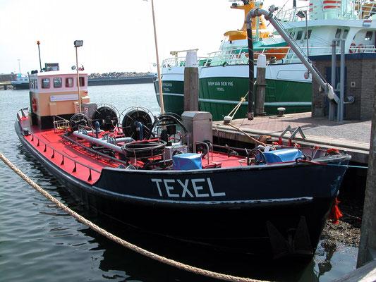 """De vissershaven van het dorp Oudeschild met op de voorgrond de waterboot """"TEXEL"""" ."""