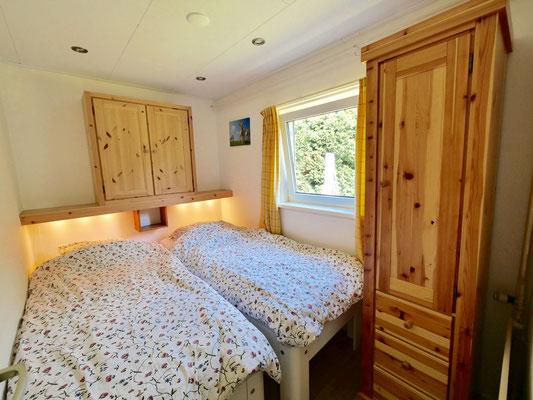 """Slaapkamer van vakantiehuis """"Groenoord"""" op bungalowpark """"De Parel"""", Texel."""