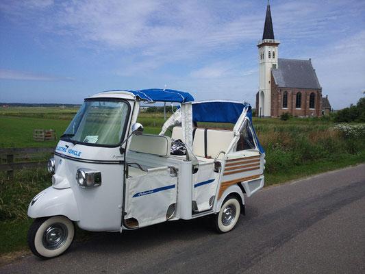 """<img src=""""image.png"""" alt=""""Tuk Tuk voor het kerkje van Den Hoorn op Texel"""">"""