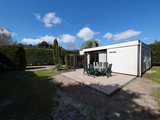 """Terras van vakantiehuis """"Groenoord"""" op bungalowpark """"De Parel"""", Texel,"""