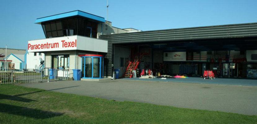 """<img src=""""image.png"""" alt=""""Bij het Paracentrum Texel kan men leren parachutespringen of een parachutesprong samen met een instructeur (zo genaamde tandemsprong)"""">"""