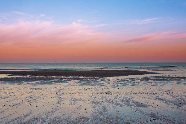 Zandbank bij zonsondergang.