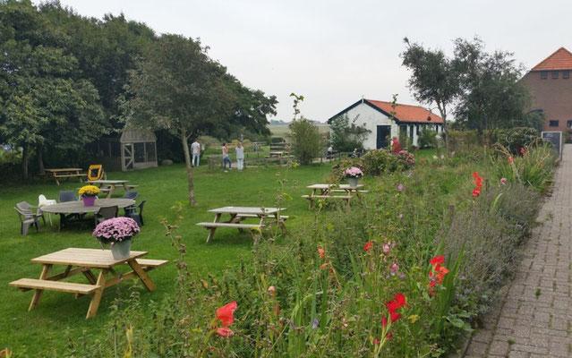 """Tuin van landgoed """"De Bonte Belevenis"""" bij de duinen van Den Hoorn op Texel."""