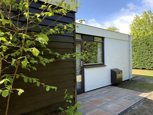 """Achterkant van vakantiehuis """"Groenoord"""" op bungalowpark """"De Parel"""", Texel."""