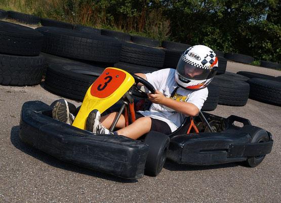 """<img src=""""image.png"""" alt=""""Kart in de bocht op circuitpark """"Karting Texel"""" bij Den Burg"""">"""