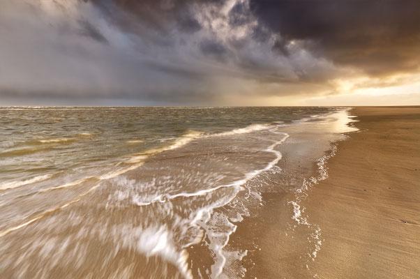Zee met onheilspellende lucht.