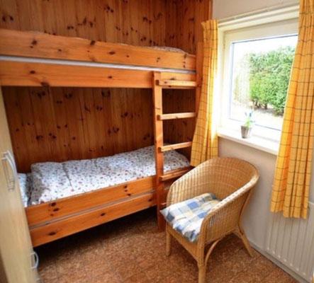 """Slaapkamer met hoogslaper van vakantiehuis """"Groenoord"""" op bungalowpark """"De Parel"""", Texel."""