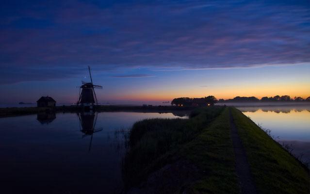 """De watermolen """"Het Noorden"""" te Oosterend bij zonsondergang."""